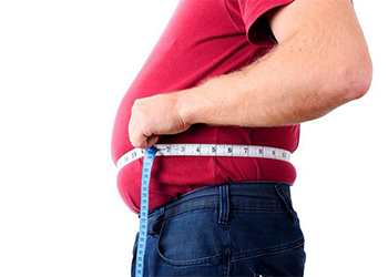 man measuring his waist line fastest way to lose weight for men